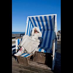 649001 Frau sitzt im Winter