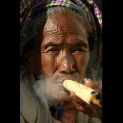 713760 Alte Frau mit Zigarre