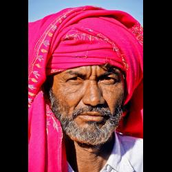 338193 Mann mit rotem Schal